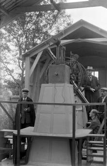 Павильон меридианного круга, идет работа по отладке телескопа. Слева стоит механик И.А. Тимченко, модернизировавший этот телескоп. Справа наверху стоит И.А. Дюков, в будущем профессор Казанского университета