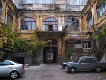 Двор дома № 19 по ул. Пушкинской. Фото Георгия Зозулевича. Ноябрь, 2004 г.