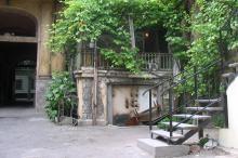 Во дворе дома № 19 по ул. Пушкинской. Фото Георгия Зозулевича. Ноябрь, 2004 г.