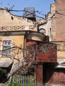 Постройки во дворе дома № 19 по ул. Пушкинской. Фото Георгия Зозулевича. Апрель, 2005 г.