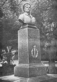 Памятник Г.Н. Вакуленчуку на площади Вакуленчука. Фото в путеводителе «Одесса». 1975 г.