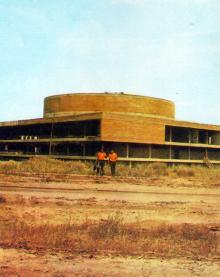 Будущий культурный центр курорта. Фото в буклете 1975 г. «Куяльник». Сдано в набор в 1974 г.