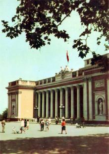 Міськвиконком. Фото А. Підберезського. Поштова листівка з комплекту 1965 р.