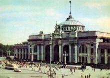 Залізничний вокзал. Фото А. Підберезського. Поштова листівка з комплекту 1965 р.