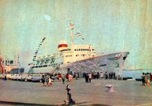 Теплохід «Армения» в порту. Фото А. Підберезського. Поштова листівка з комплекту 1965 р.