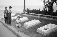 На Аллее Славы возле памятника Неизвестному матросу. Фотограф Василий Данилович Жеребецкий. Одесса. 1965 г.