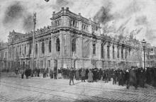 Здание театра Сибирякова в начале пожара. Фото в журнале «Искры», ноябрь, 1913 г.