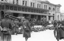 Вокзал со стороны Куликового поля, здание бывшего павильона для пассажиров II класса. Март 1944 г.