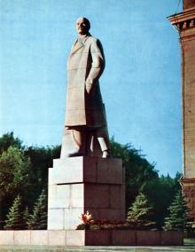 Памятник В.И. Ленину на площади Октябрьской революции. Из фотоальбома «Одесса». Издательство «Мистецтво», 1975 г.