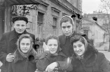На ул. Карла Либкнехта, возле дома № 8 по ул. Лизогуба, на заднем плане перекресток с Лизогуба. Фото Виктора Орленко. Одесса, 1957 г.