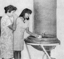 Пробуют минеральную воду. Фото в буклете 1975 г. «Куяльник». Сдано в набор в 1974 г.