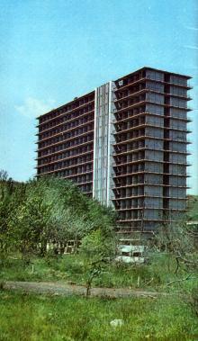 Строится один из спальных корпусов. Фото в буклете 1975 г. «Куяльник». Сдано в набор в 1974 г.