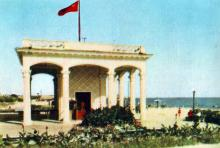 Павільон і пляж в Лузанівці. Фото з фотогармошки «Одеса курортна», 1958 р.