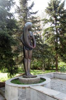 Скульптура, стоявшая перед входом в пансионат «Магнолия». Фото Жанны Пирожанской, 29 апреля 2012 г.