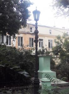 Тумба из-под памятника Ленину во дворе дома по Дерибасовской, 16. Фото Вадима Шаповала. 29 июня 2016 г.