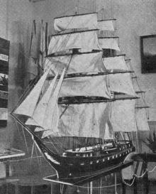 Модель фрегата в зале № 2. Фото в путеводителе «Музей морского флота СССР», 1970 г.