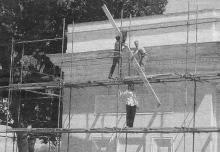 Начало ремонта фасада музея морского флота. Фото Владислава Китика в газете «Одесские известия», 18 мая 2010 г.