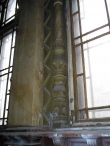 Окно в зале бывшего Русского технического общества. Фото предоставлено проектом «Путешествуя Историей». Фотограф Виктор Баль. 2008 г.