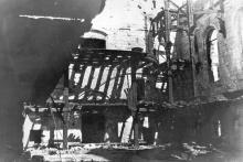 Остатки деревянных конструкций в кирхе после пожара