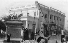Шеф Одесского Дворца пионеров — судоремонтный завод — устанавливает вновь отлитые ворота и решетку