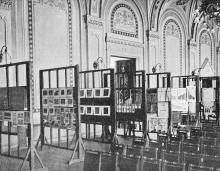 Зал «Унион». Противотуберкулезная выставка. Мольберты с диаграммами. Фото И.М. Шнейдера в журнале «Нива», № 6, 08 февраля 1903 г.