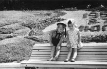 Цветочный календарь в парке Шевченко, под Александровской колонной. Одесса. 27 июля 1955 г.