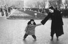 В городском саду. Валентин Крапива возле памятника Ленину и Сталину