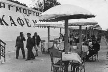 Кафе Торгмортранса «Маяк». Фото Фото О.К. Малаховского, середина 1950-х гг.