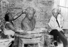Скульптор П.М. Криворуцкий и архитектор Г.В. Топуз в процессе работы над бюстом