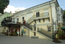 Здание бывшего кинотеатра им. Маяковского. Фото О. Владимирского. 13 июля 2010 г.