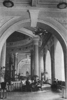 Интерьер вокзала. Фотографы М. Рыжак, А. Подберезский. Фото в буклете «Одесский вокзал». 1957 г.