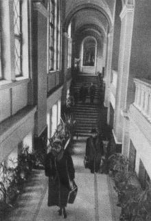 Вход в зал для транзитных пассажиров. Фотографы М. Рыжак, А. Подберезский. Фото в буклете «Одесский вокзал». 1957 г.
