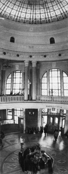 Центральный вестибюль, фото из буклета, фотографы М. Рыжак, А. Подберезский, 1957 г.
