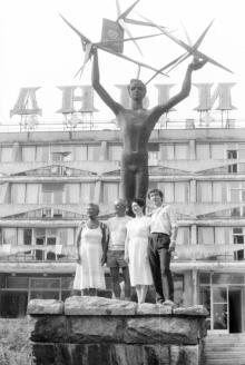 Скульптуру «Звездный мальчик» на какое-то время дополнили изображением паспорта СССР