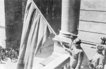 Брошюра «Одесский театр оперы и балета» за 1977 год: Командир 248-й стрелковой дивизии Н.З. Галай водружает на балконе театра красный флаг. 10 (?) апреля 1944 г.