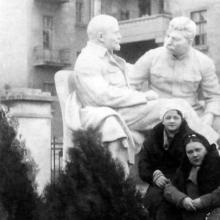 Памятник Ленину и Сталину в Лермонтовском санатории
