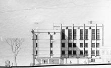 Проект фасада новой части здания школы № 117 по ул. Розы Люксембург. На втором плане виден проект фасада здания со спортивным и актовым залами школы, школьным двором и блоком 2-х комнатной квартиры с тремя окнами.  Архитектор Н.И. Рябой