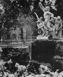 Сквер на улице Советской Армии. Скульптурная группа Лаокоон. Одесса. Фотография из путеводителя «Одесса», 5-е издание, 1968 г.
