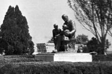 Памятник Ленину с детьми на Куяльнике