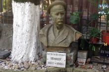 Бюст П.П. Шмидта во дворе мемориального музея К.Г. Паустовского. Фото Е. Волокина. Одесса. 06 сентября 2016 г.