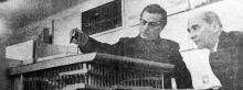 Архитектор Г.В. Топуз и инженер-конструктор Р.И. Ясинский в процессе работы над макетом театра. Фото из газеты, 1969 г.