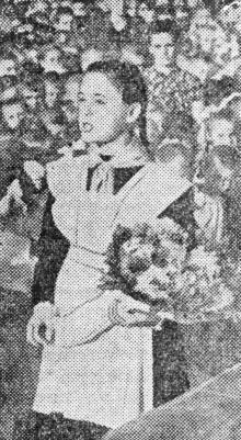 Выступает ученица седьмого класса Женя Шевчук. Фото В. Колосова в газете «Знамя коммунизма» от 2 сентября 1955 г.