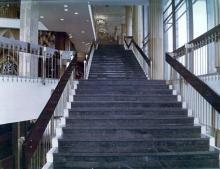 Боковая лестница фойе