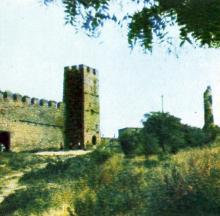 Башня-хранилище и стена первого двора. Фото в буклете 1968 г.