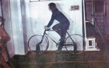 Велосипед для дозированной тренировки мышц нижних конечностей. Фото И.С. Карпа в проспекте «Республиканский детский клинический санаторий им. Октябрьской революции», 1983 г.