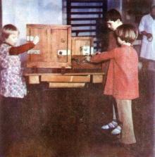 Обучение жизненно-необходимым навыкам (обучение пользованию замками). Фото И.С. Карпа в проспекте «Республиканский детский клинический санаторий им. Октябрьской революции», 1983 г.