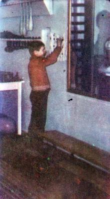 Обучение жизненно-необходимым навыкам (застегивание пуговиц, кнопок и т.д.). Фото И.С. Карпа в проспекте «Республиканский детский клинический санаторий им. Октябрьской революции», 1983 г.