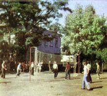 На спортивной площадке. Фото И.С. Карпа в проспекте «Республиканский детский клинический санаторий им. Октябрьской революции», 1983 г.