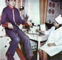 Велоэргометр используется не только для определения тренированности больного, но и с лечебной целью. Фото И.С. Карпа в проспекте «Республиканский детский клинический санаторий им. Октябрьской революции», 1983 г.