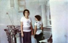 Массаж с помощью аппаратов. Фото И.С. Карпа в проспекте «Республиканский детский клинический санаторий им. Октябрьской революции», 1983 г.